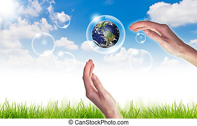 eco, γενική ιδέα , :, χέρι , κρατάω , σφαίρα , μέσα , αφρίζω , εναντίον , ο , ήλιοs , και , ο , γαλάζιος ουρανός