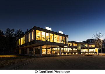 ecológico, energía, ahorro, de madera, edificio de oficinas, por la noche