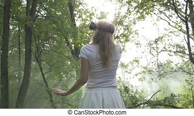 ecouteur portant, femme, éprouver, jeune, réalité virtuelle, vr, forêt, augmented