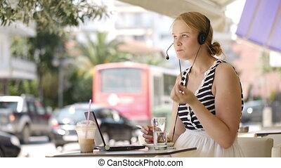 ecouteur portant, femme, extérieur, rire, café