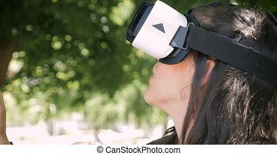 ecouteur portant, femme, jeune, réalité virtuelle, vr, captivé, joli