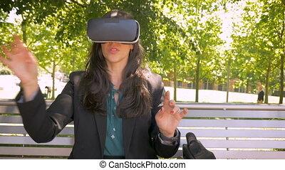ecouteur portant, fonctionnement, femme affaires, vr, réalité virtuelle, dehors, technologie