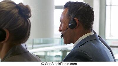ecouteurs, bureau affaires, porter, gens, moderne