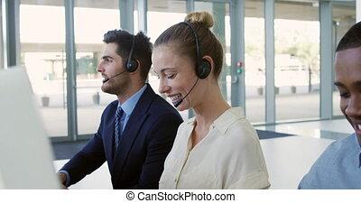 ecouteurs, jeune, bureau affaires, porter, gens, moderne