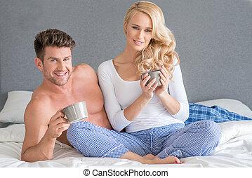 edad media, blanco, pareja, teniendo, bebida, cama