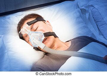 edad media, hombre asiático, sueño, en, el suyo, cama, llevando, cpap, máscara, de conexión, a, manguera de aire, dispositivo, para, gente, con, sueño, apnea
