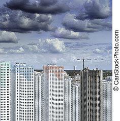 edificio, encima, nubes