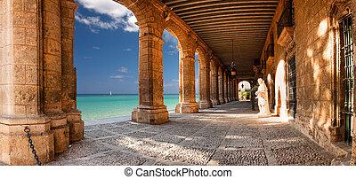 edificio histórico, con, arcos, y, estatuas