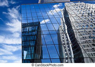 edificio moderno, con, reflejado, cielo azul