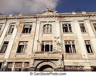 edificio viejo, con, roto, windows