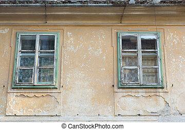edificio viejo, con, windows, en, decaimiento