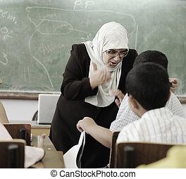 educação, atividades, em, sala aula, professor feminino, gritando, em, pupila