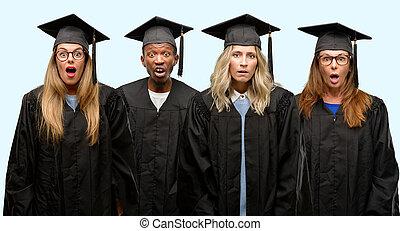 educación, concepto, universidad, graduado, mujer y hombre, grupo, espantado, golpe, expresar, pánico, y, miedo