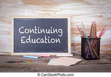 educación continua, texto, en, un, blackboard., viejo, tabla de madera, con, textura