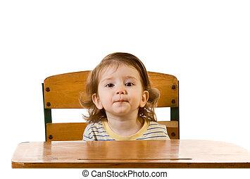 educación temprana, bebé, chico que sienta, en, escritorio de la escuela