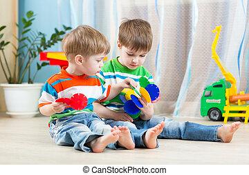 educacional, jogo, junto, dois, meninos, brinquedos, pequeno