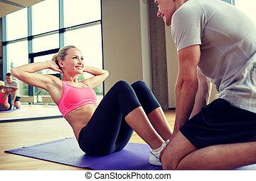 edző, nő, ül, személyes, tornaterem, felemel
