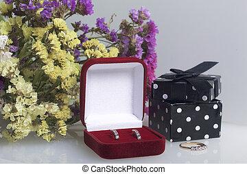 een, bouquetten, van, gedroogmaakte bloemen, ligt, op, een, witte , surface., naast, de doos, met, een, gift., ring, en, hangers, voor, de, beloved.