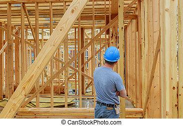 een, bouwsector, daglaborer, verdragend, hout, beams., authentiek, de arbeider van de bouw, op, een, daadwerkelijk, bouwsector, plaats.