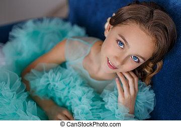een, dichtbegroeid boven, verticaal, van, een, mooi, jong meisje, met, blauwe ogen, met, opmaken, en, hairstyle, in, een, sterke drank, turkoois, jurkje
