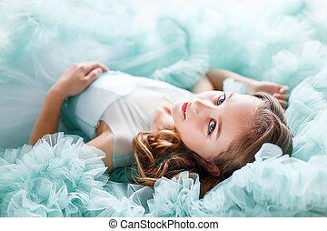 een, dichtbegroeid boven, verticaal, van, een, mooi, jong meisje, met, blauwe ogen, op, en, hairstyle, in, een, sterke drank, turkoois, jurkje, het liggen
