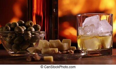 een, fles, van, whisky, en, een, glas, zijn, op de tafel