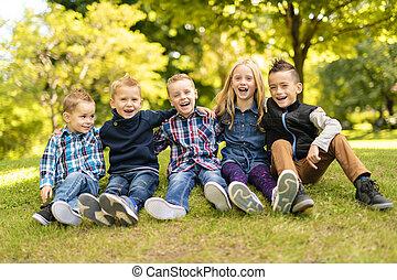 een, groep van kinderen, in, lente, akker, hebbend plezier