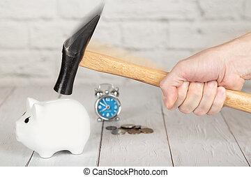 een, hand, met, hamer, verbreking, de, piggy, bank., wekker, op, de, achtergrond
