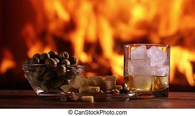 een, hand van de man, stort, whisky, van, een, fles, in,...