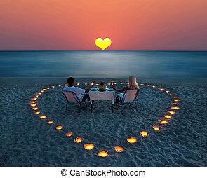 een, jong paar, aandeel, een, romantisch diner, op het strand