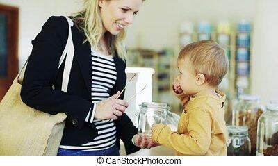 een, jonge vrouw , met, een, toddler, jongen, aankoop,...