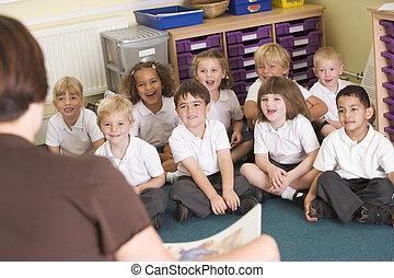 een, leraar, lezen, om te, schooljeugd, in, een, primair, stand
