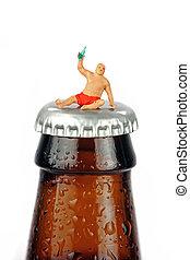 een, miniatuur, dronken, man, zit, bovenop, een, flesje bier