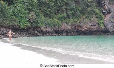een, mooi, meisje, looppas, op het strand, in, haar, bikini