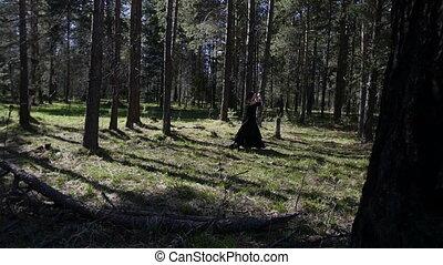 een, mooi, meisje, wandelingen, door, woods., slowmotion