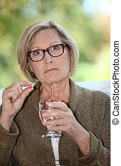 een, oude vrouw, boeiend, een, pill.
