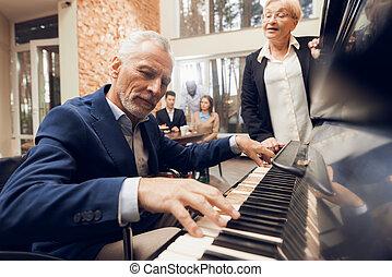 een, oudere man, toneelstukken, de, piano, in, een, verpleging, home.