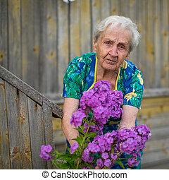 een, oudere vrouw, gevend voor, bloemen
