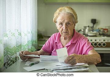 een, oudere vrouw, schrijft