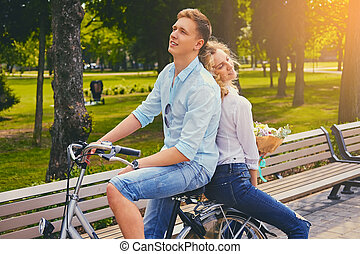 een, paar, paardrijden, op, de, fiets, in, een, park.