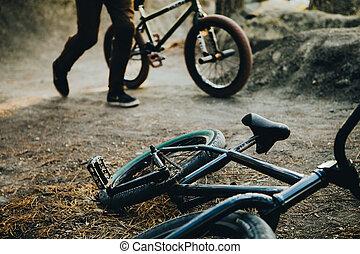 een, perron, voor, extreem, springt, op, een, bicycle., pijl, in, de, forest., sportartikel, voor, springt, op, dert, is, op, de, ground.
