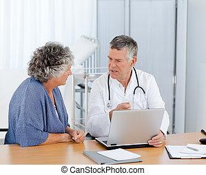 een, senior, arts, met, zijn, patiënt, kijken naar, de,...