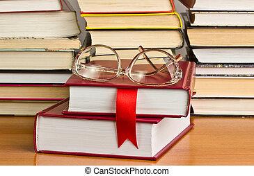 een, stapel boeken, met, een, rood lint