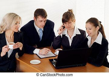 een, team, van, vier mensen, zitting op een tafel