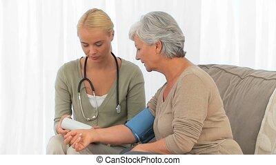 een, verpleegkundige, visting, een, patiënt