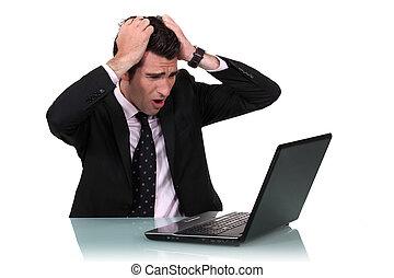 een, zakenman, pissed, op, zijn, laptop.
