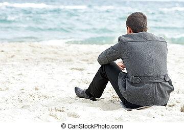 een, zakenman, zitting op het strand, alleen, het genieten...