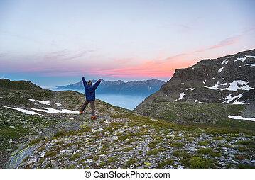 eenpersoons, schouwend, zonopkomst, hoog boven, in, de alpen