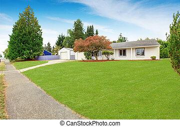 eenvoudig, huisbuitenkant, in, witte , kleur, met, groene,...