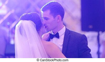 eerst, trouwfeest, dans, van, een, jonge, mooi, echtpaar,...
